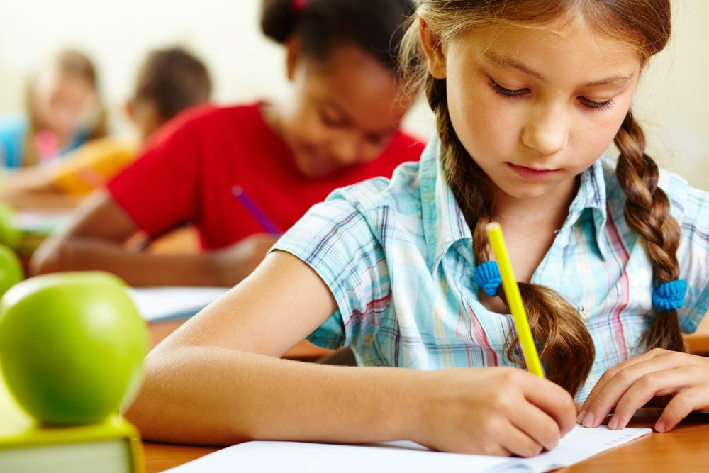 xa young girl writing on her desk inside a primary school classroom.jpg.pagespeed.ic.cbI8jQA69F